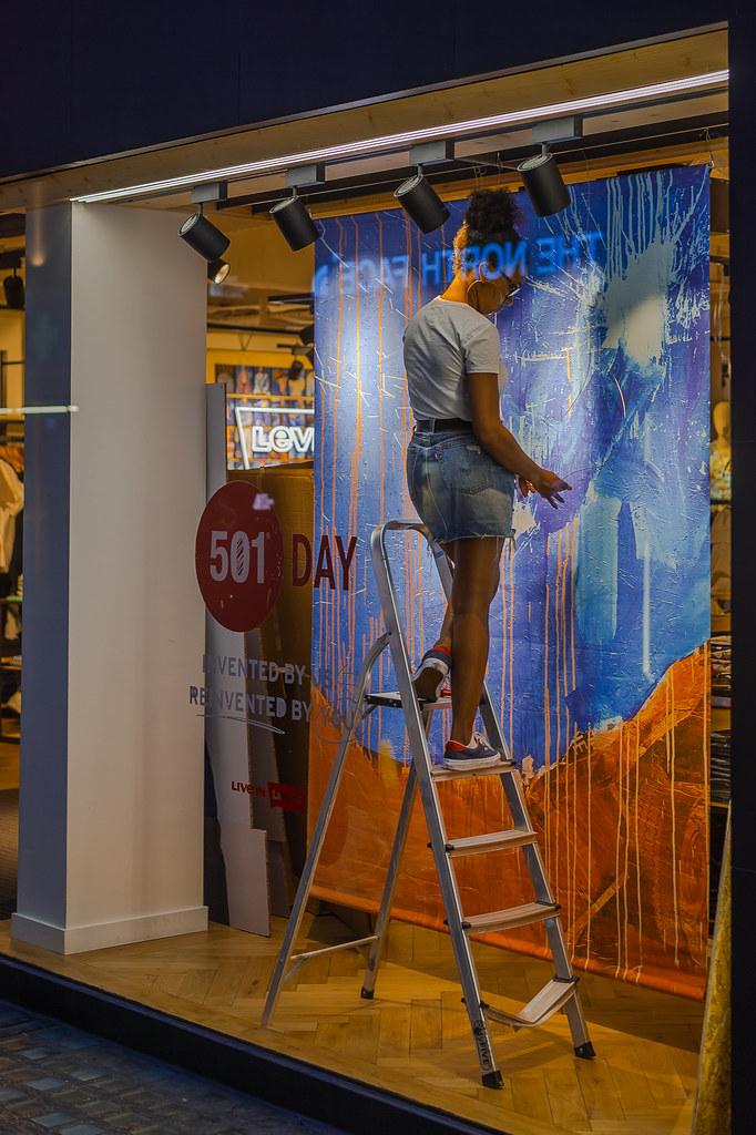 Redecorate the window ! в Лондоне ночью на улице. зарисовка