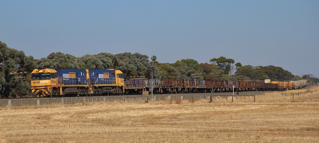 NR93 and NR106 cruise PM4 steel around the curve at Dooen by bukk05