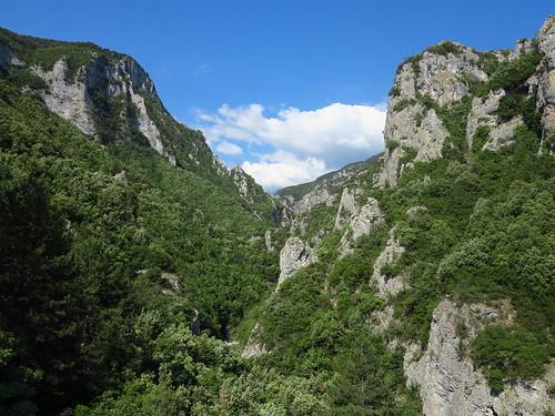europa europe grecja greece enipeasvalley litochoro dolina valley skały rocks landscape krajobraz nature przyroda niebo sky góry mountains las forest bałkany balkans mountainside