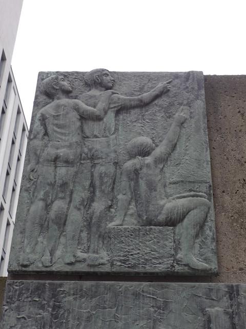 1970 Berlin-O. Detail Monument für die Bauarbeiter von Gerhard Rommel Bronze/Kunststein zwischen Rathausstraße 1/Grunerstraße 3 in 10179 Mitte