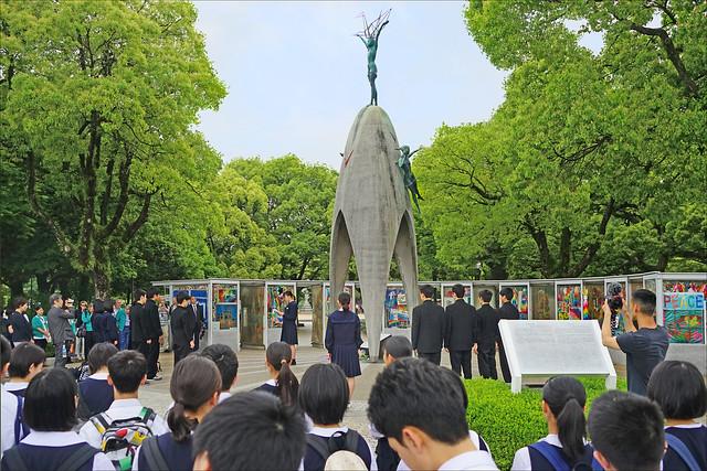 Classe de jeunes japonais devant le monument de la paix des enfants (Hiroshima, Japon)