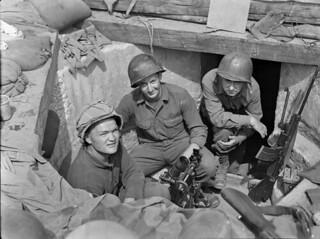 Personnel of 3-1, First Special Service Force, in an M-2 60 mm mortar pit, Anzio beachhead, Italy / Membres de l'équipe 3-1 de la Première Force de Service spécial dans une fosse à mortier M-2 60 mm, tête de pont (zone sécurisée) d'Anzio (Italie)