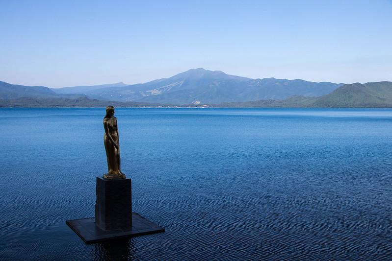たつこ像と秋田駒ヶ岳