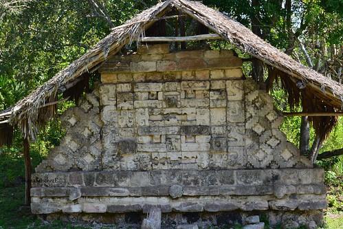 Kuluba, Muro de los mascarones, frente a la estructura A
