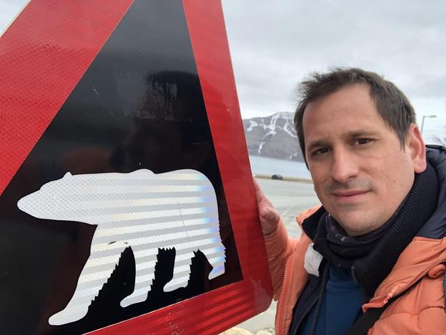 Sele en Svalbard (Noruega) junto a un cartel que advierte de la presencia de osos polares