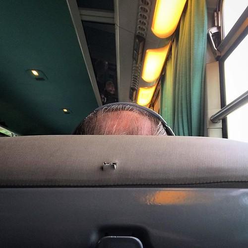 *clic... clic... clic...* - Pourquoi il fait ça ? - Dans la vie, il y a deux sortes de gens : ceux qui attendent d'être dans les transports en commun pour se couper les ongles - et les autres. 😱 #RouenParisRouen #sncf #tw