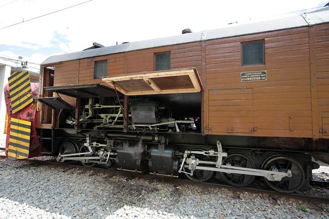 Rhätische Bahn RhB Dampfschneeschleuder Xrot d 9213 ( Baujahr 1910 - Hersteller SLM Nr. 2149 - Beschafft durch  Berninabahn BB als R 1051 - Selbstfahrende dampfgetriebene Schneeschleuder Schleuder ) bei Pontresina im Kanton Graubünden der Schweiz