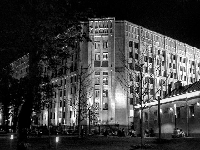 Вечер на арбате. Довольно интересная подсветка у местных зданий. #AlexWatson  #minolta #dg-5w #BlackAndWhite #чернобелое #чб #Moscow #Москва #арбат #arbat #places #street #архитектура #фотопрогулка