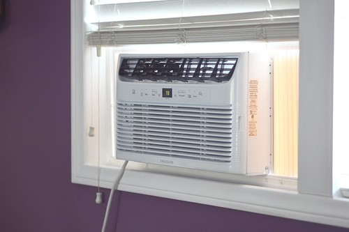 Window air conditioning cooling down bedroom to 73 degrees Fahrenheit from Frigidaire | by yourbestdigs