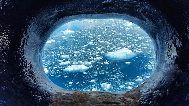 Hielo en Svalbard desde el ojo de buey del barco