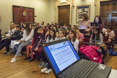 Un momento de la sesión de Pleno con el alumnado ermuarra.