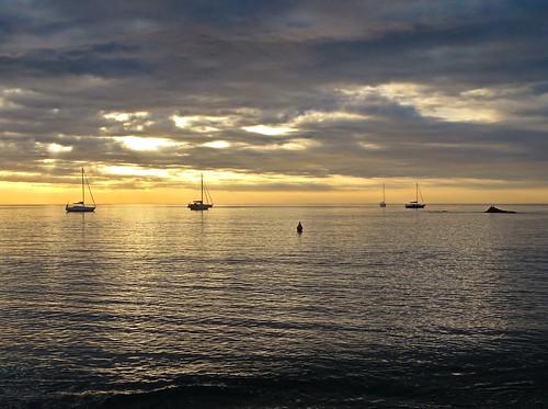 leverdesoleil sunrise mer sea boat crique sky ciel light lumière mediterranean méditerranée catalunya