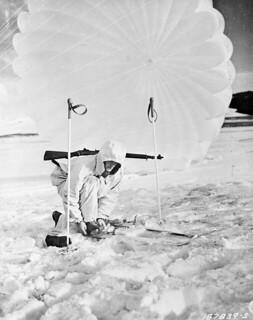 Member of the First Special Service Force during a winter training exercise, Blossburg, Montana, United States / Membre de la Première Force de Service spécial lors d'un entraînement hivernal, Blossburg, Montana (États-Unis)
