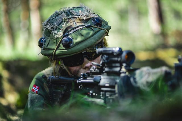 ASV jūras kājnieki kopā ar Norvēģijas karavīriem trenējas kaujai apdzīvotā vietā