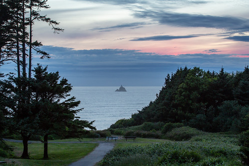 photosbymch landscape seascape lighthouse tillamookrocklighthouse tillamookhead ecolastatepark cannonbeach oregoncoast oregon usa 2018 canon 5dmkiii pacificocean sunset pacificnorthwest spring clouds trees overlook travel outdoors