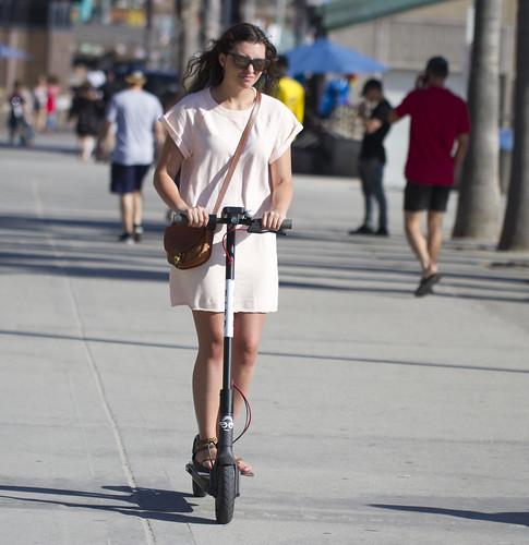 <p>Usuária da Bird, uma das empresas de patinetes que opera em Los Angeles: privacidade dos usuários é um ponto crucial no debate sobre o compartilhamento de dados (Foto: Nathan Rupert/Flickr)</p>