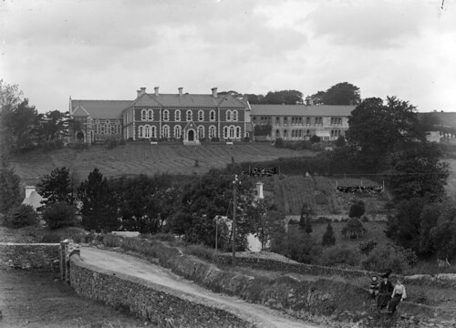 ferguso'connor ferguso'connorcollection glassnegative nationallibraryofireland sistersofmercy convent bantry countycork locationidentified laundry vegetablepatch greatdrying cemetery theconvent sistersofmercyconvent knocknamuck