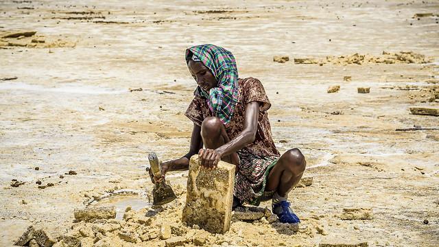 Preparando la sal para su transporte en caravanas, Dallol, Ethiopia (día 2)
