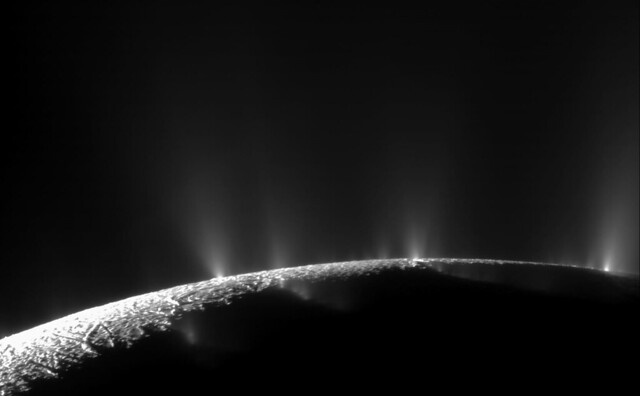 Complex Organics Bubble up from Ocean-world Enceladus