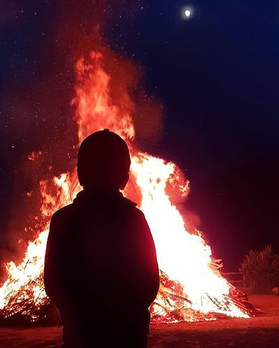 Falò di San Giovanni #fire #hot #mountain #italy #gressoney #red #orange #yellow #night #dark #moon #kid #mylittlebabygirl #Margherita #igersitalia #igers #instagood #instago #photooftheday #picoftheday #love #life #awesome | by Mario De Carli