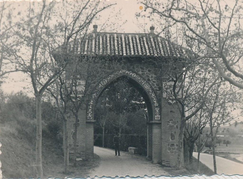 Acceso al Monasterio de San Bernardo o Monte Sión en 1962. Fotografía de Julián C.T.