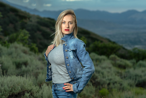 yanacornercanyon blonde woman portrait pose outdoors off camera flash nikon d750 85mm18g draper utah