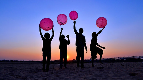 children balloon playing sunset image silhouette damodor river durgapur bengal india samyang14mmf28ifedumclens