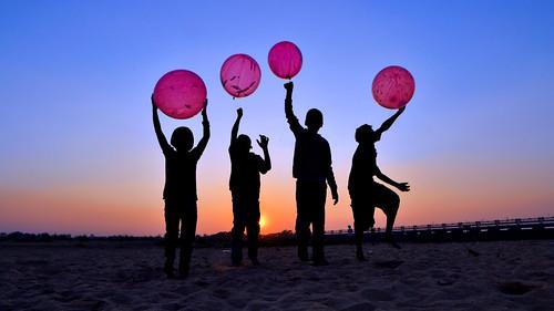 children balloon playing sunset image silhouette damodor river durgapur bengal india samyang14mmf28ifedumclens