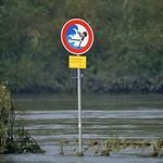 Warnhinweis am überschwemmten Ruhrufer in der Heisinger Ruhraue