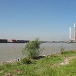 Der Rhein mit Blick auf das Kraftwerk Voerde