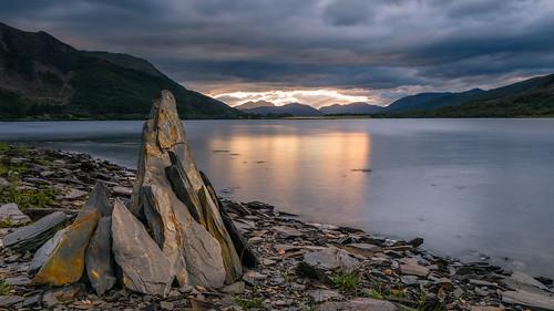 scotland vereinigteskönigreich gb slate art lochleven highlands water ballachulish stones stone sunset clouds landscape