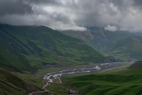 montagnes paysage nuages ciel rivière entrequbaetxinaliq qubakhachmaz azerbaïdjan aze