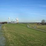 Auf dem Deich in der Walsumer Rheinaue mit Blick auf das damals noch aktive Kraftwerk Voerde