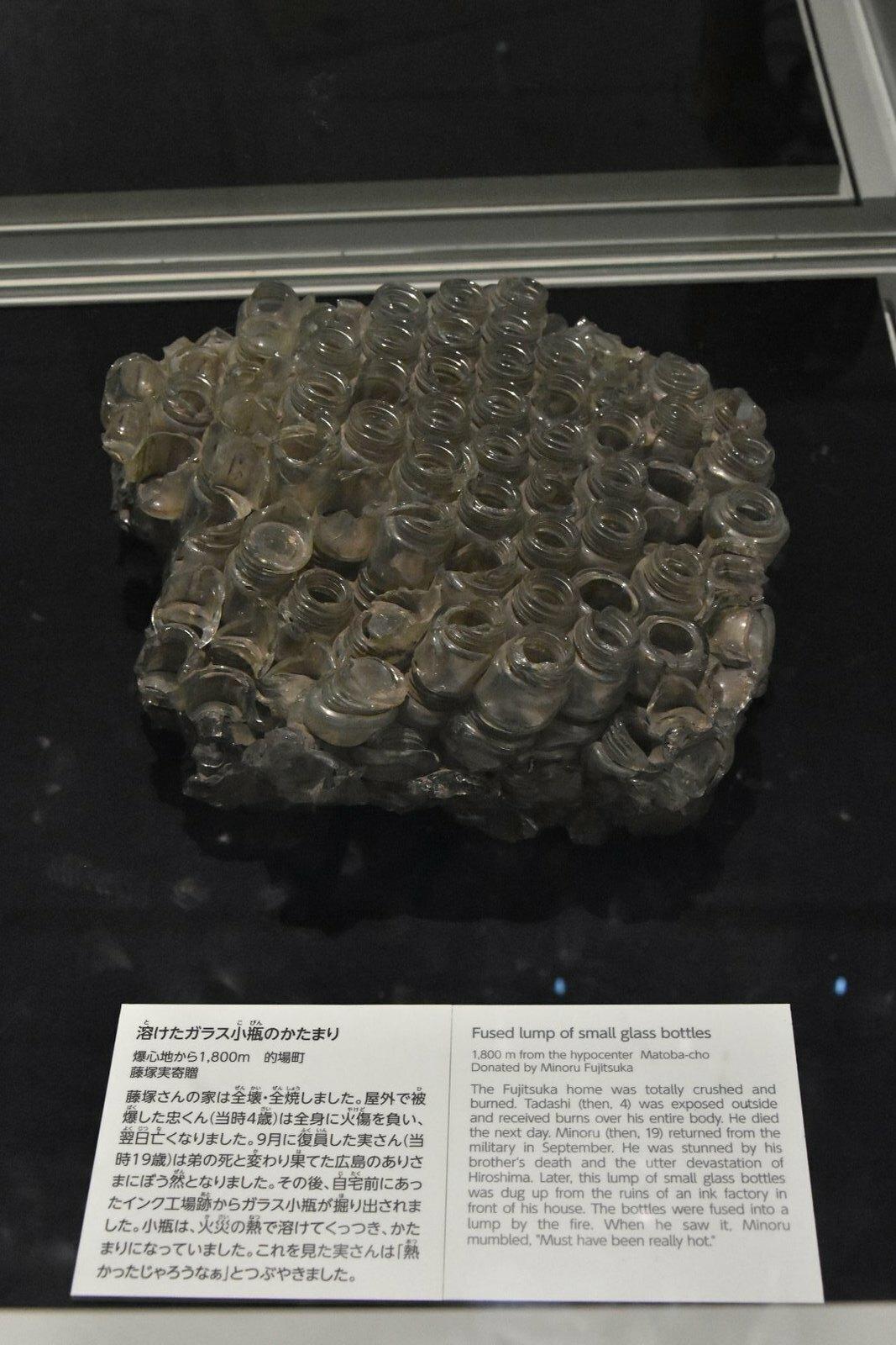 Hiroshima - Musée mémorial de la paix - petites bouteilles de verre fusionnées par la chaleur de l'explosion