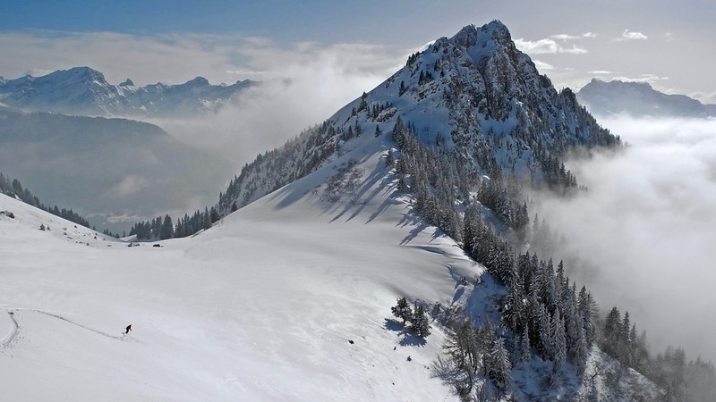 Just to the east of Lake Geneva is the canton of Vaud, home to some fabulous early season skiing venues