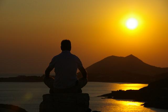 Posta de sol a Sounion, amb meditador
