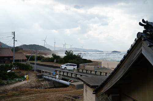 winter 冬 beach place rocky a age dawn shinohayu シノハユ sea 海 田舎 countryside landscape 風景 comic 漫画 聖地 島根 shimane 日本 japan windmill 風車 雲 cloud 屋根 roof 瓦 tile 斜陽 sunset