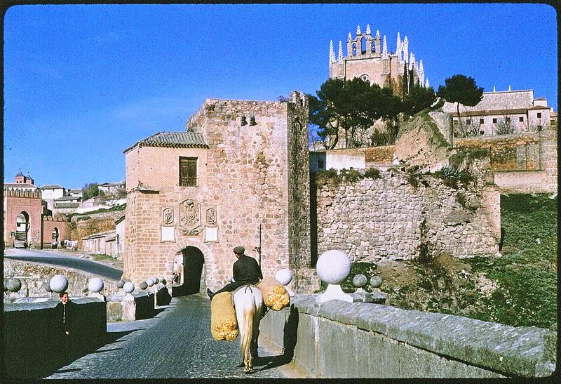 Puente y Puerta de San Martín en Toledo en abril de 1963. Película Kodachrome. Donación de la familia Burgos.