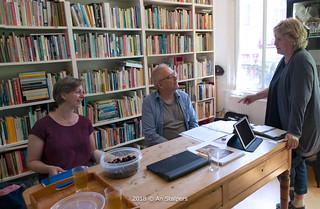 2018 links: Judith van Santen [Regionaal Archief Nijmegen] op bezoek in Lesbisch Archief Nijmegen. Naast haar Helm de Laat. Rechts Ineke Duursema