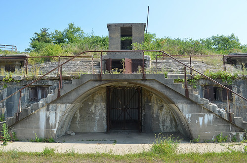 abandoned fort forthancock usarmy coastaldefenseartillery gatewaynationalrecreationarea nps newjersey battery bunker ruin