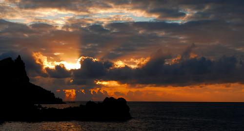 madeira island madère ciel nuage sky skyporn cloud sunrise aurore dawn sun mer océan sea ocean sol mar céu nuvens amanhecer nascerdosol leverdesoleil fz1000 world100f soleil psp