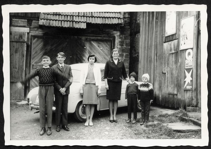 Archiv P359 Vor der Garage im Hof, 1960er