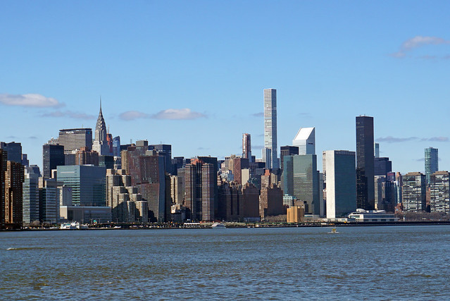 Manhattan view from North Fifth Street Pier Park, Williamsburg / Brooklyn