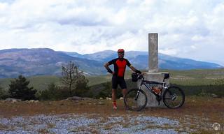 Auto foto en el Pico Padilla. Detrás se aprecian las máximas alturas de Baza como el Santa Bárbara | by montanasdelsur