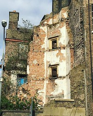 Buildings like this are very much my jam. When I was small it seemed like half the city looked like this (check out @davidjazay's amazing series Dublin Before The Boom), but they're a lot harder to find now. This one had pigeons roosting in the fireplaces