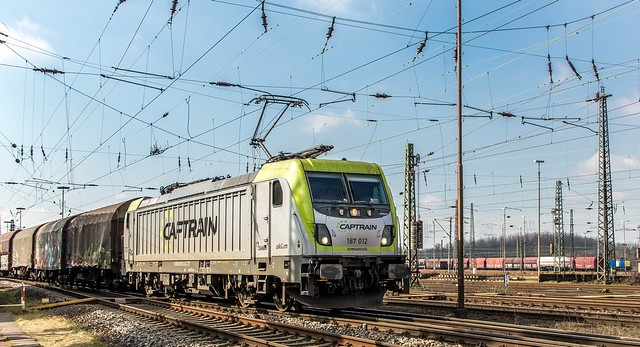 138_2018_03_14_Oberhausen_West_Mathilde_6187_012_CTD_mit_gem_Güterzug_Osten