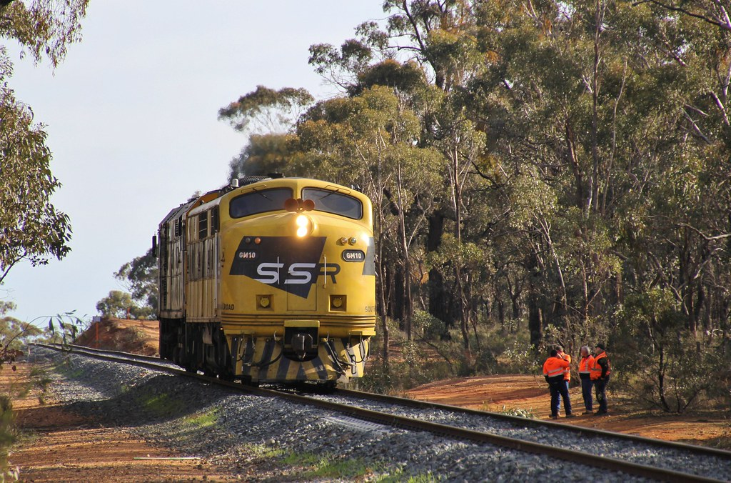 GM10 and 442s5 stop on the edge of Maryborough to wait for a Vline pass to clear by bukk05