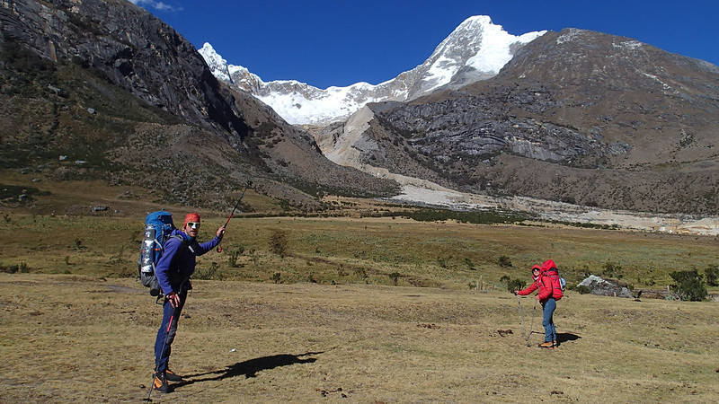 Thu, 2018-07-26 09:34 - Setting off hike to the high-camp to Artesonraju