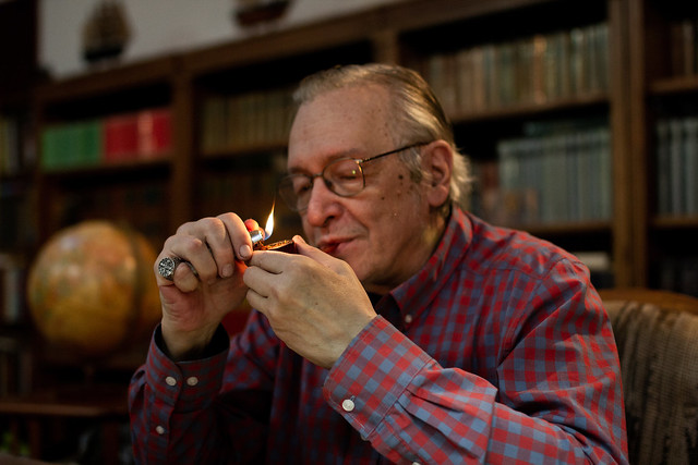 Olavo acendendo seu cachimbo - Foto: Mauro Ventura