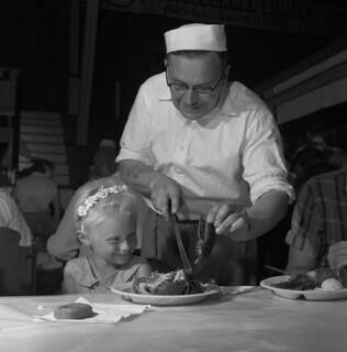 Jane Petrie and her lobster dinner, Prince Edward Island / Jane Petrie devant son repas de homard (Île-du-Prince-Édouard)